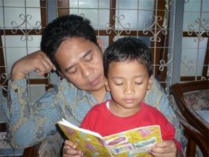 Ayah membimbing anak mengaji Islam