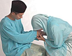 istri-cium-tangan-suami
